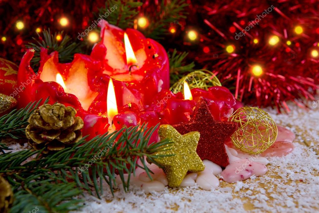 Kerstdecoraties Met Rood : Vier rode advent kaarsen met kerstdecoratie en sneeuw u2014 stockfoto