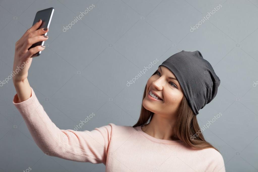 Скачать бесплатно брюнетка фоткает себя на телефон