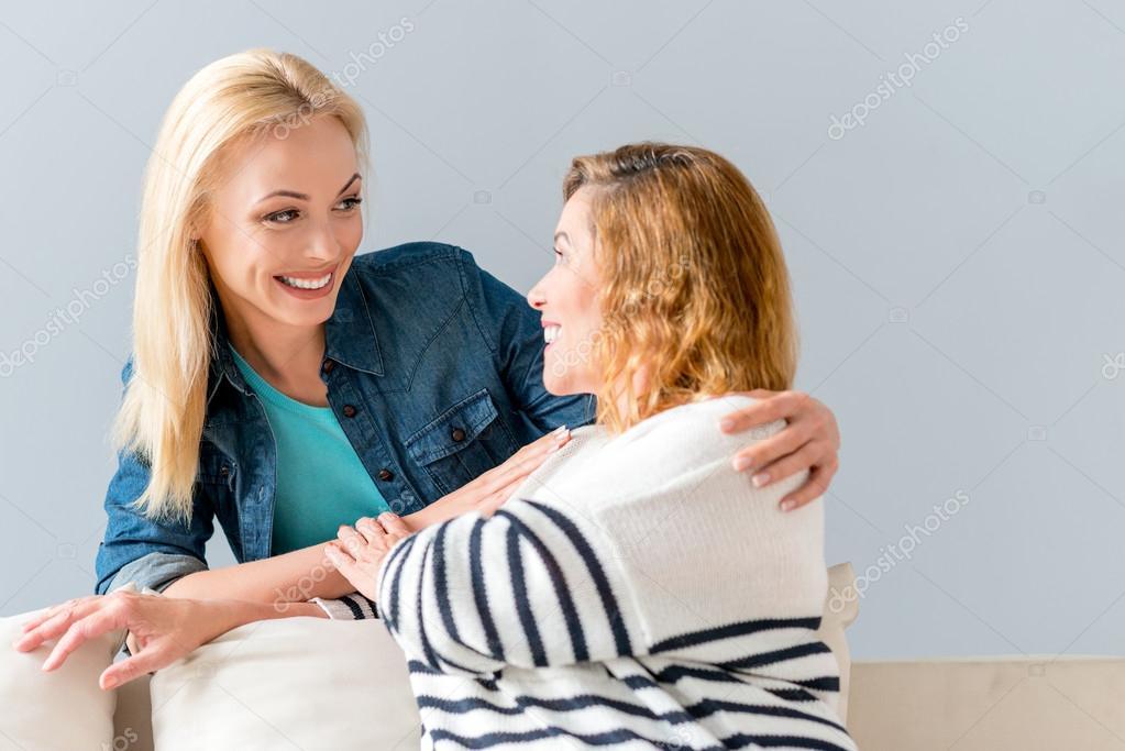 на диване с мамой друга