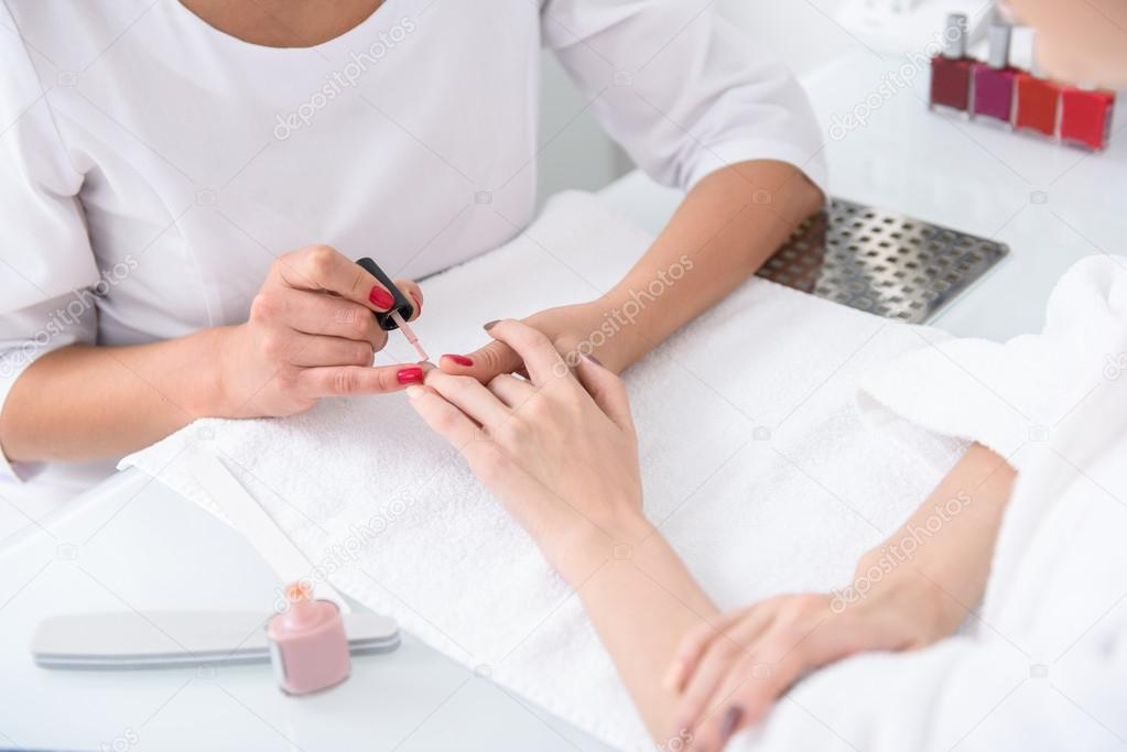 Esteticista experta haciendo manicura para chicas — Foto de stock ...