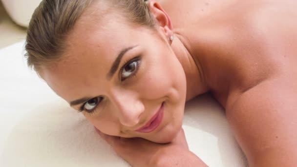 detail mladé ženy dostat lázeňská léčba