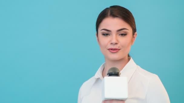 Krásná dívka televizní novinář s hezký úsměv je hlášení