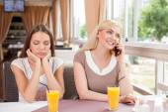 Krásné mladé ženy odpočívají v kavárně
