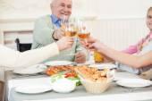 Velmi přátelská rodina má doma na večeři