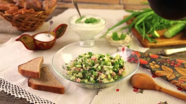Tradiční letní studená polévka okroshka s Kvasy