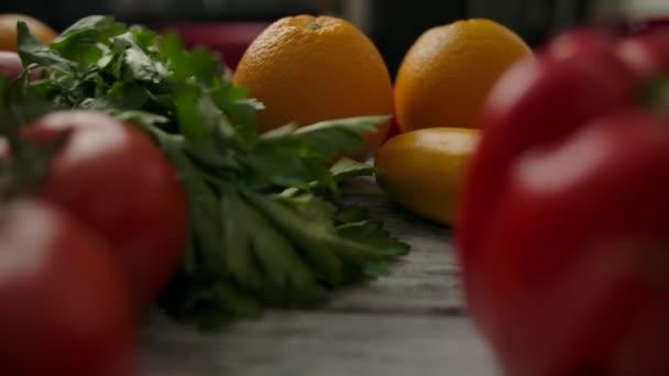 Növények gyümölcsök és zöldségek között az asztalon