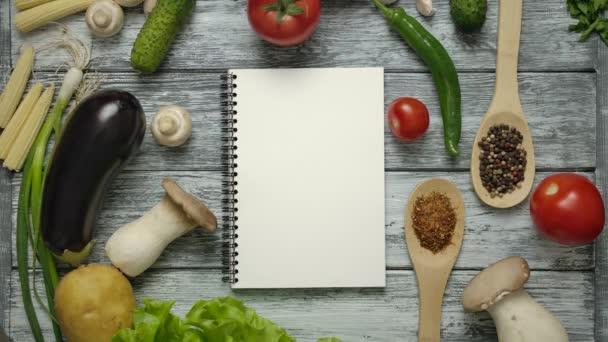 Nerozpoznatelný kuchař jí mrkev při pohledu na recept