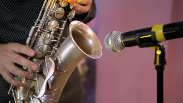 Ein Mann spielt Saxophon im Konzert