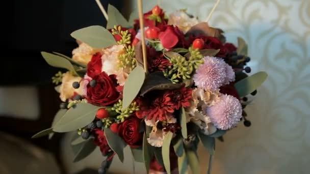 Kytice nevěsty se otáčí ve směru hodinových ručiček