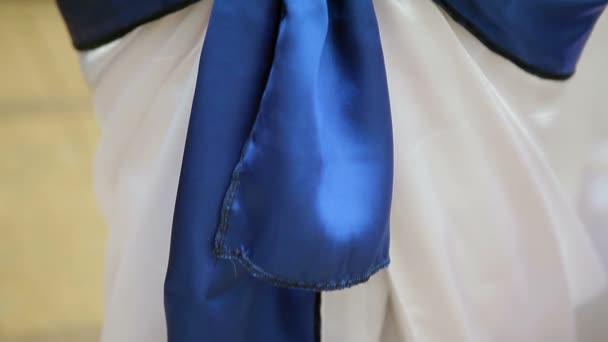 modré luk zdobí křeslo