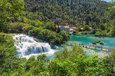 wunderbarer Wasserfall skradinski buk an einem sonnigen Tag. Blick von oben