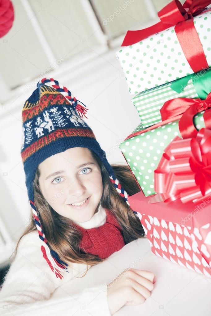 Mädchen mit Weihnachtsgeschenke — Stockfoto © Brainsil #90139728