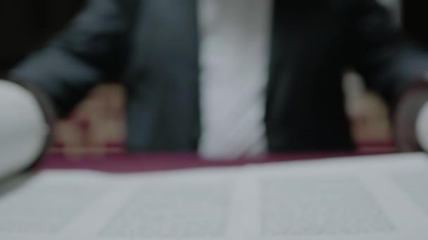 Zsidó ember Tóra tekercset olvas. Közelkép. Lassú mozgás.
