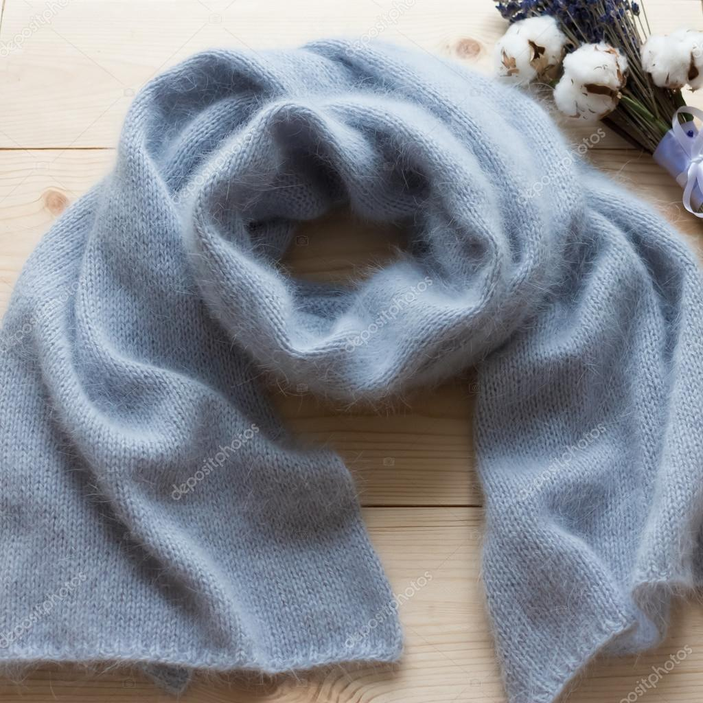 bufanda de suave angora azul atada a mano sobre base de madera ...