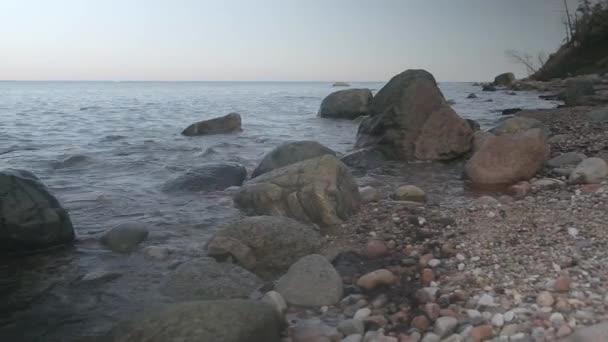 Malé vlny omývají kameny. Baltské moře. Klid.