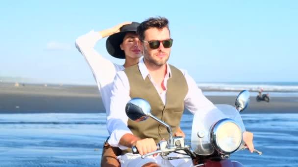 Paar fährt Roller Motorrad, Mann Frau über Sonnenuntergang Ocean Beach Travel