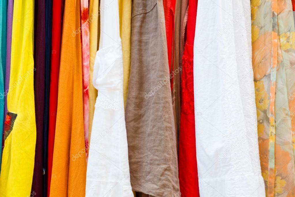 ac898a2b4a9fc4 Zomer dames jurken in verschillende kleuren op de markt — Foto van ...
