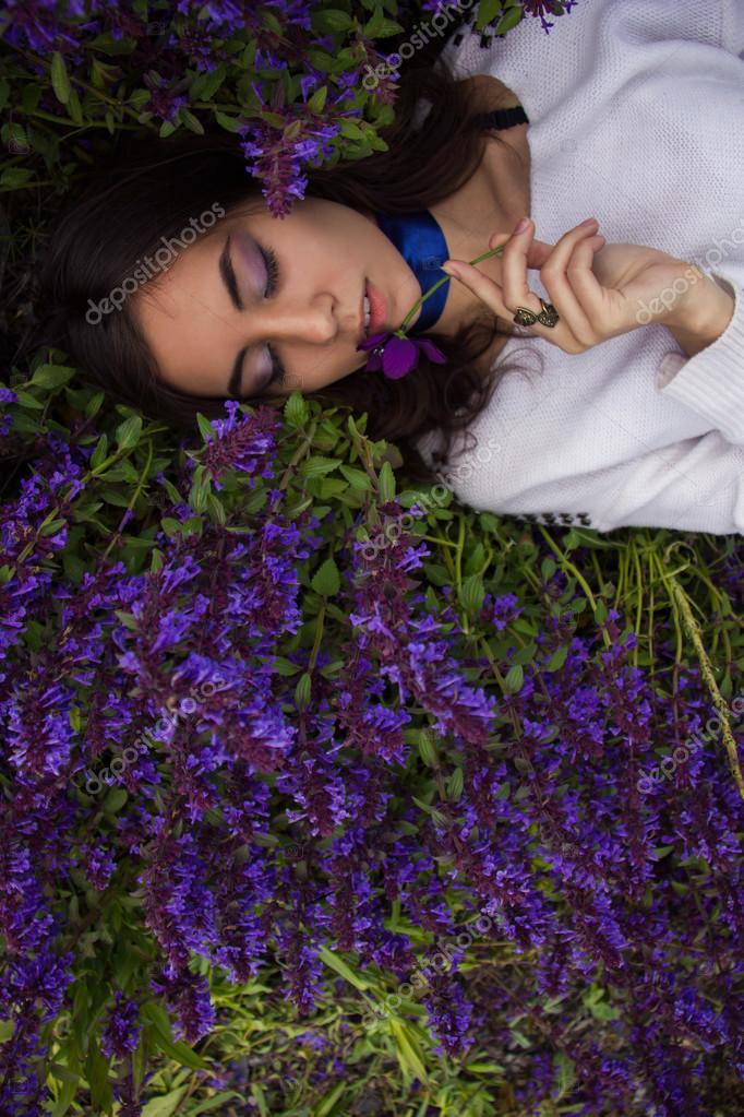 Ritratto di una ragazza sdraiata su un prato del fiore - Immagine di una ragazza a colori ...