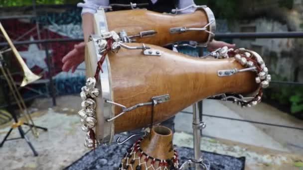 Percussionist Mann spielt eine Fledermaustrommel. Nahaufnahme seiner Hände.