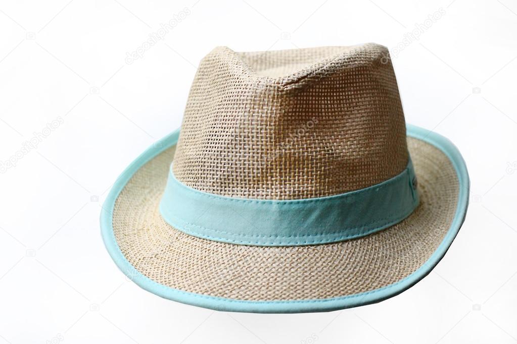 Moderno sombrero de paja con una venda azul sobre blanco al fondo — Foto de  Stock 3f15dca5edb