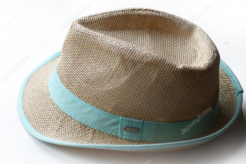Moderno sombrero de paja con una venda azul sobre blanco al fondo — Fotos  de Stock e01fbfb6fe5