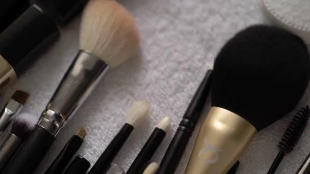 MOSKVA - 1. AUGUST, 2020: Dekorativní kosmetika, krása - make-up kartáč