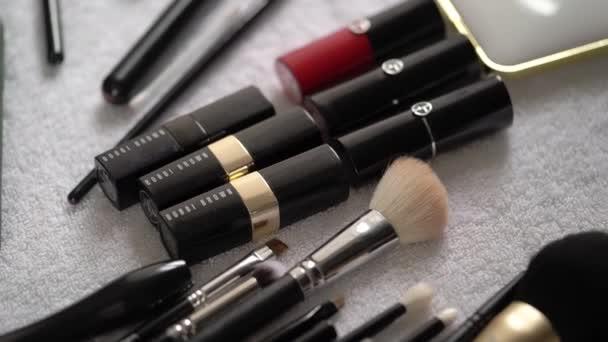 MOSCOW - AUGUST 1, 2020: Dekoratív kozmetikumok, szépség - rúzs, smink ecset