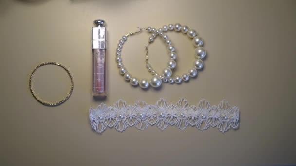 MOSKVA - 12. června 2020: svatební podvazky, parfémy a šperky