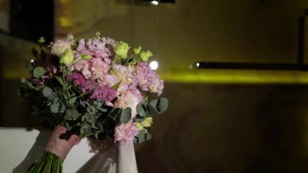 Esküvői menyasszonyi csokor rózsaszín lila rózsa és bazsarózsa virágok. Menyasszonyi kiegészítők.