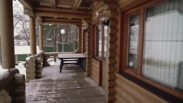 Balkón v dřevěném luxusním venkovském domě budova chalupa pro zimní dovolenou