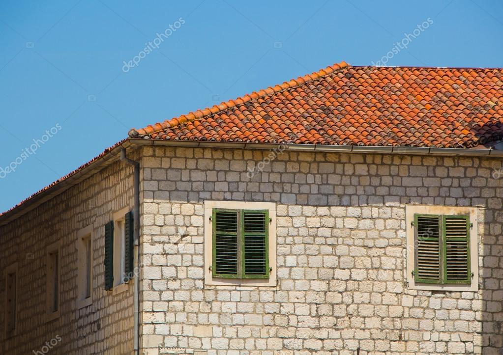 Oude stenen huis met rode tegels u redactionele stockfoto