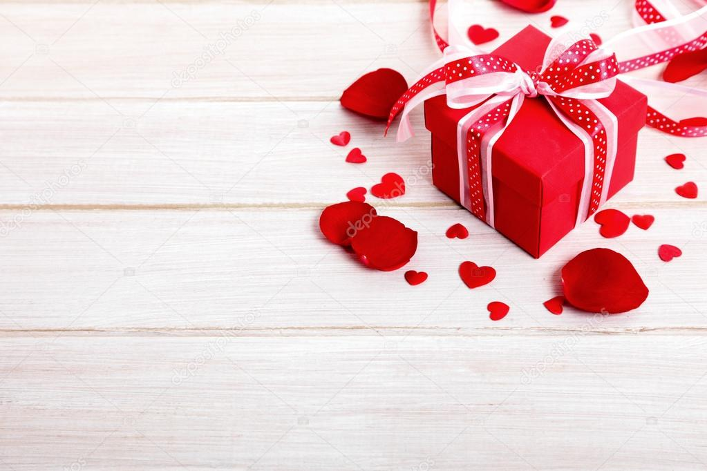 Fondo De Pantalla Dia De San Valentin Regalo Con Rosa: Fondo De San Valentín Caja De Regalo Y Pétalos De Rosa