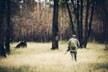 "Картина, постер, плакат, фотообои ""солдат с винтовкой в лесу"", артикул 72710177"