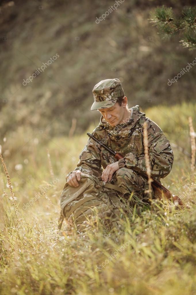 chasseur en tenue de camouflage pr t chasser avec le fusil de chasse photographie. Black Bedroom Furniture Sets. Home Design Ideas