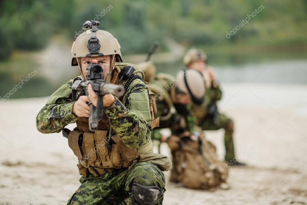 Soldats de l'armée canadienne au cours de l'opération ...