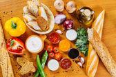 Čerstvý různá koření a omáčky na dřevěný kuchyňský stůl