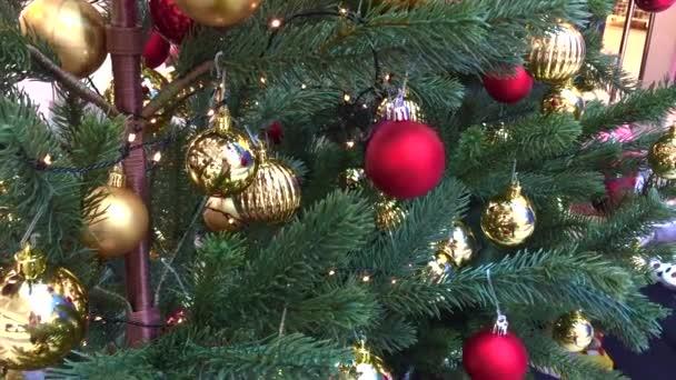 Geschmückter Weihnachtsbaum. Rote, silberne und grüne Ornamente auf Holz. Christbaumschmuck Viele große goldene und blaue, rote Kugeln. Weihnachtsbaum. Silvester. Weihnachtsbaum, frohe Feiertage