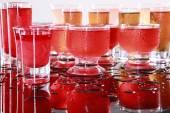 Fotografie Cocktails auf nassen Tisch