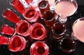 Cocktails auf nassem Tisch