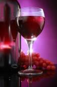 bottiglia di vino rosso con gli occhiali e uva