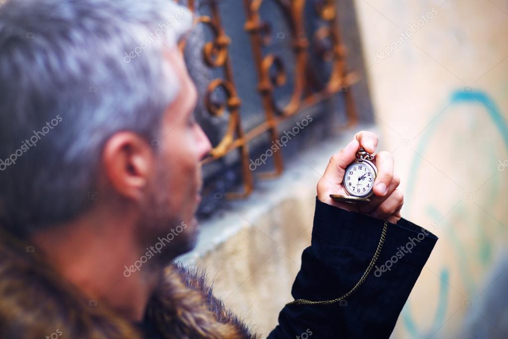 f692b0ba4c7 Pěkný elegantní muž s kapesní hodinky a vlčí kožešina — Fotografie od ...