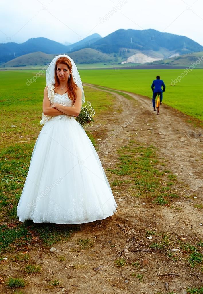 Verlassene Braut Und Brautigam Flucht Auf Einem Fahrrad Lustige