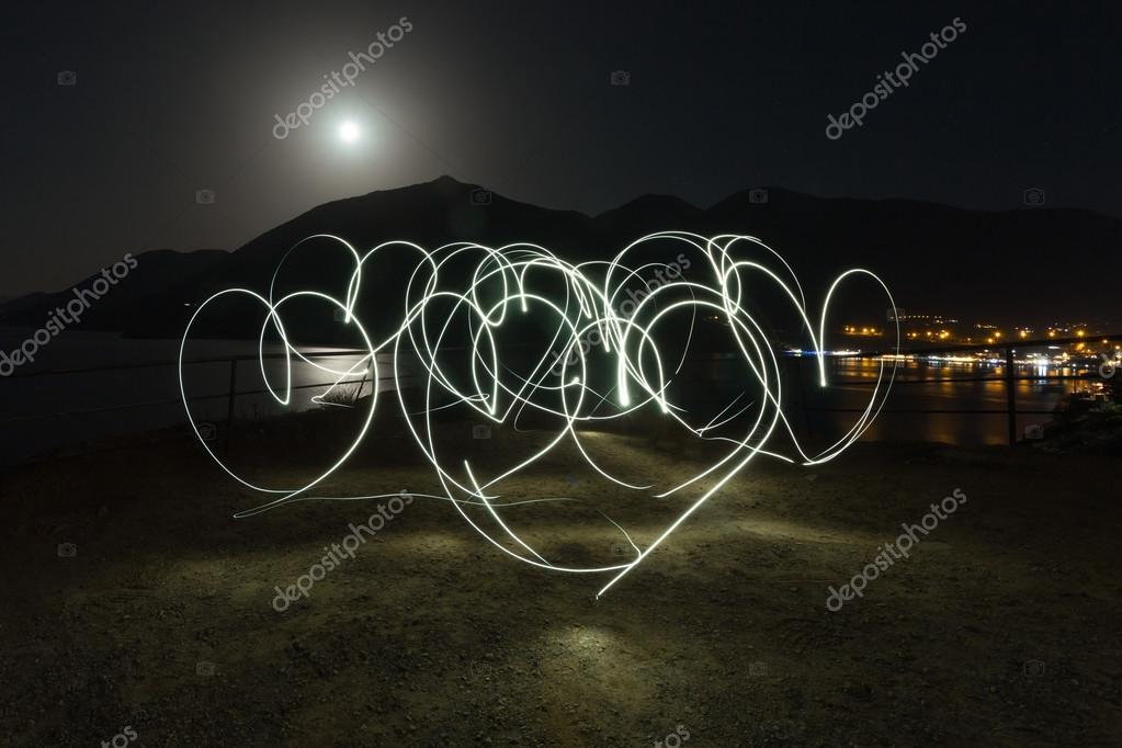 Dağlardan Kalp şekilleri Boyama ışık Denizi Ve Gece Kasaba Arka