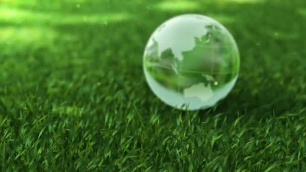 Ekologie prostředí koncepce, skleněné koule v zelené trávě