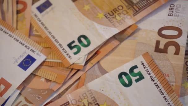 Velká hromada peněz v papírech, 50 eurobankovek nebo bankovek. 4k video se spoustou peněz nebo měny. Peníze a finance. Pojem bytí nebo zbohatnutí