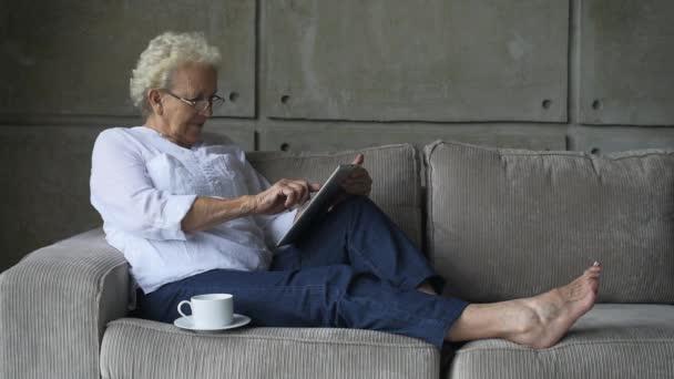 Nagyi, dolgozó digitális tabletta