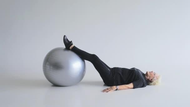 Frau macht Übungen mit Ball