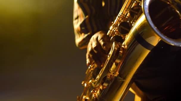 szaxofonon játszó zenész