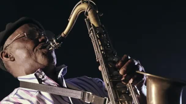 Szaxofonos férfi