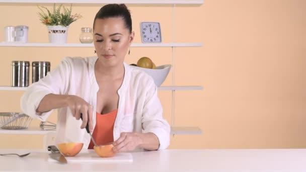 žena jíst grapefruit